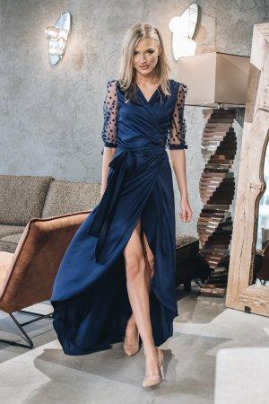 šilkine suknele su šifoninemis rankovemis ir šleifu