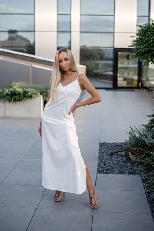Slip dress ilga suknele ant petneseliu baltos splavos