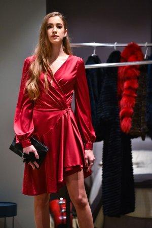 Stilinga trumpa asimetrine jaunatviska suknele progine vakarine suknele